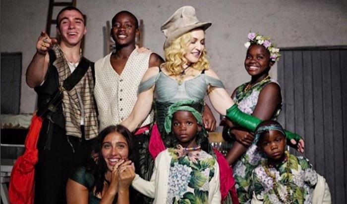 Madonna pose pour la première fois avec ses 6 enfants (PHOTO)