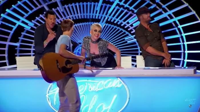 Katy Perry embrasse un candidat de American Idol et fait polémique (VIDEO)