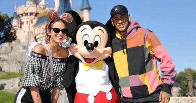 Neymar donne le coup d'envoi de la « Mickey 90 Mouse Party » à Disneyland Paris!