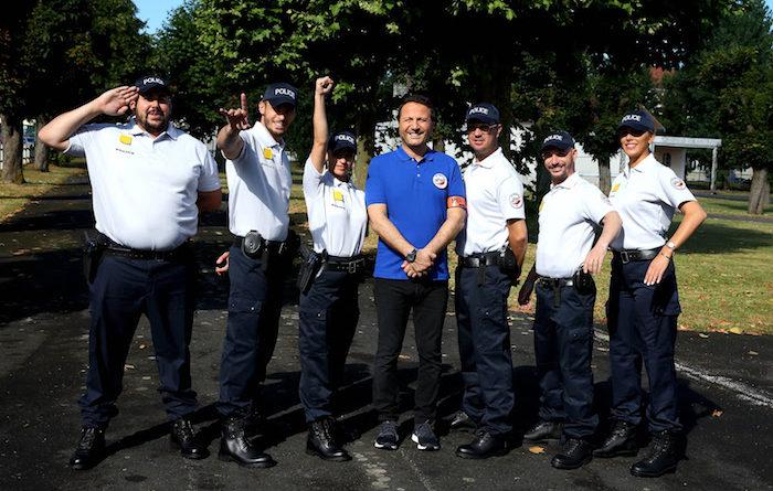 """Ce soir à la télé : Arthur présente """"Les touristes : mission école de police"""" (VIDEO)"""