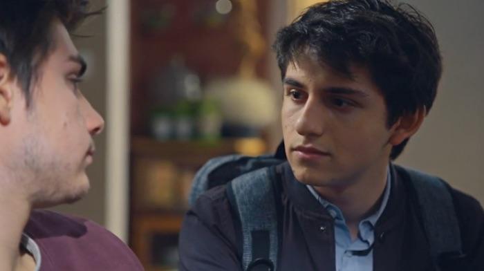 Plus belle la vie en avance : Tom embrasse Théo ! (Vidéo PBLV épisode 3790)